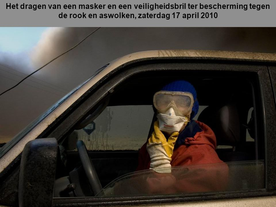 Het dragen van een masker en een veiligheidsbril ter bescherming tegen de rook en aswolken, zaterdag 17 april 2010