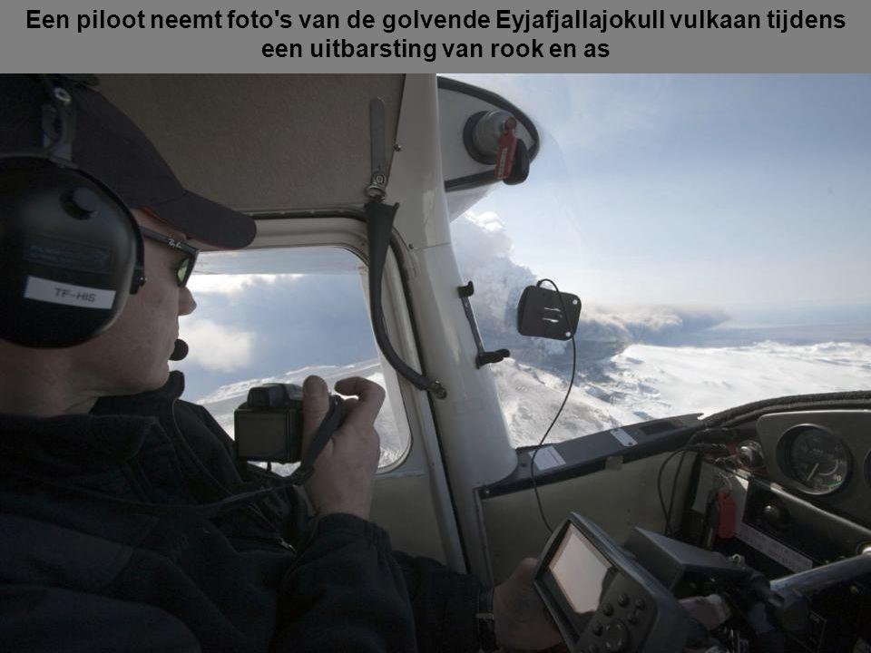 Een piloot neemt foto s van de golvende Eyjafjallajokull vulkaan tijdens een uitbarsting van rook en as