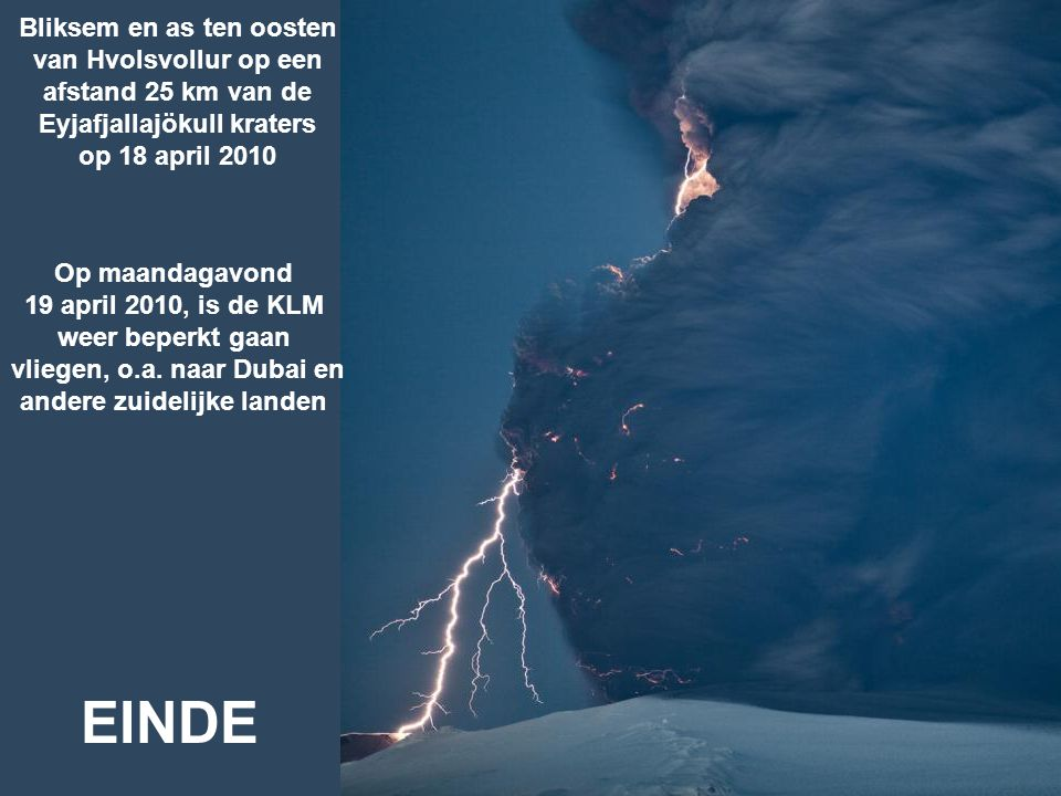 Bliksem en as ten oosten van Hvolsvollur op een afstand 25 km van de Eyjafjallajökull kraters op 18 april 2010