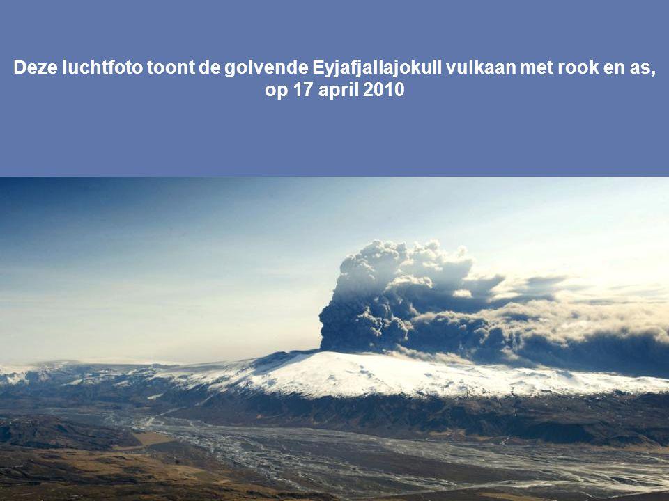 Deze luchtfoto toont de golvende Eyjafjallajokull vulkaan met rook en as, op 17 april 2010