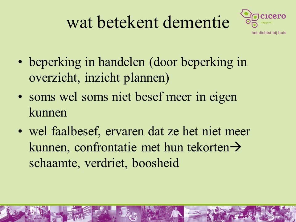 wat betekent dementie beperking in handelen (door beperking in overzicht, inzicht plannen) soms wel soms niet besef meer in eigen kunnen.