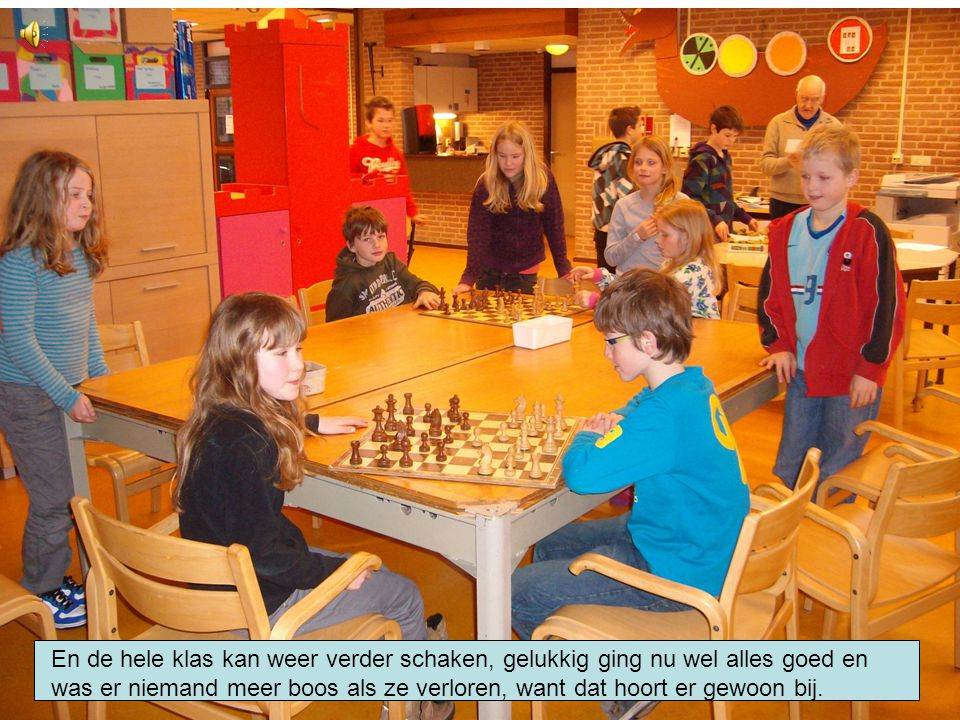 En de hele klas kan weer verder schaken, gelukkig ging nu wel alles goed en was er niemand meer boos als ze verloren, want dat hoort er gewoon bij.