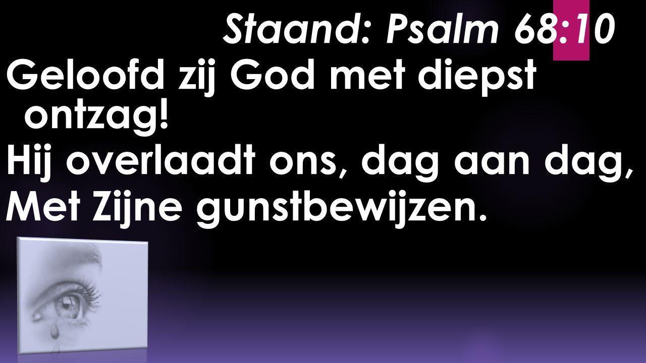 Staand: Psalm 68:10 Geloofd zij God met diepst ontzag