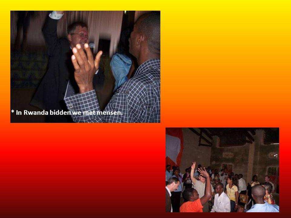 * In Rwanda bidden we met mensen.