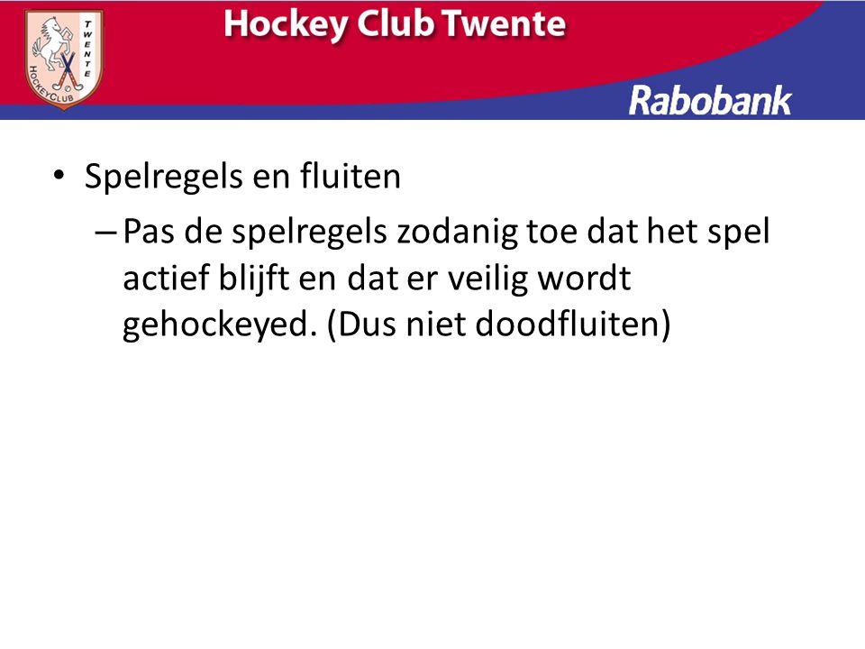 Spelregels en fluiten Pas de spelregels zodanig toe dat het spel actief blijft en dat er veilig wordt gehockeyed.