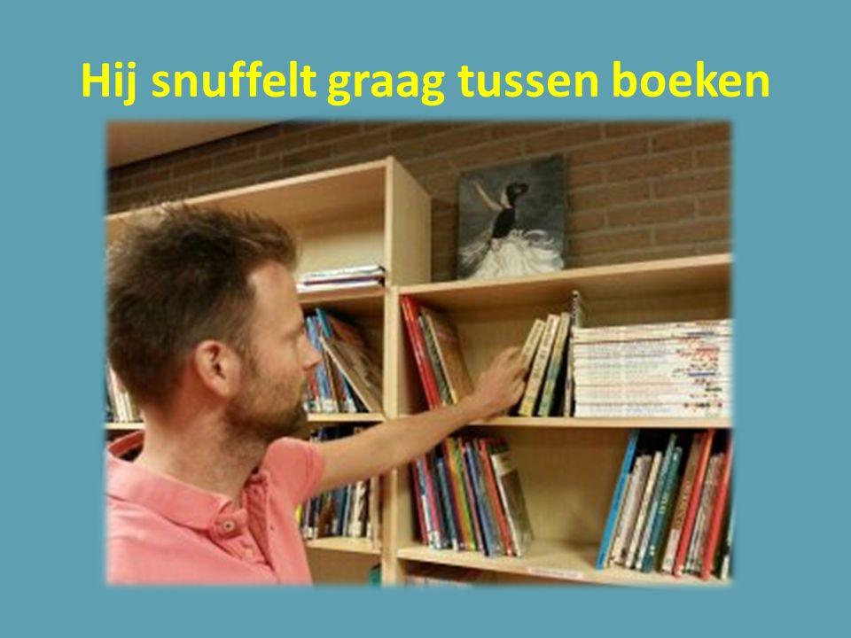 Hij snuffelt graag tussen boeken