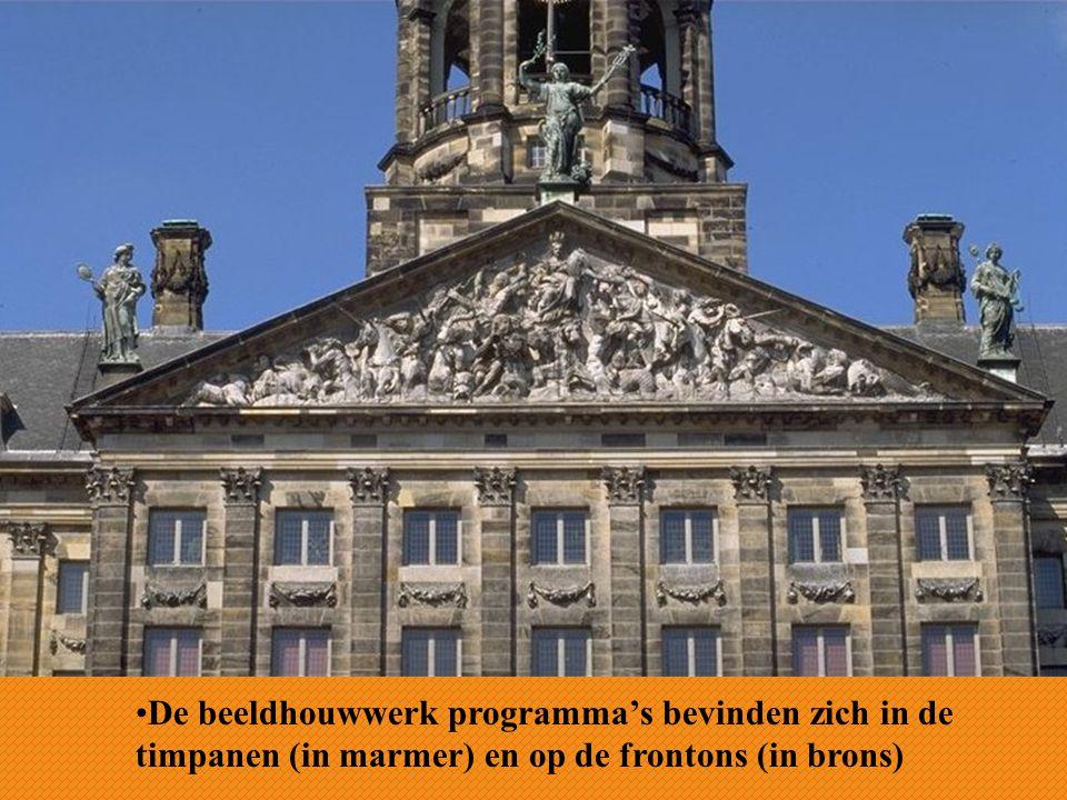 De beeldhouwwerk programma's bevinden zich in de timpanen (in marmer) en op de frontons (in brons)