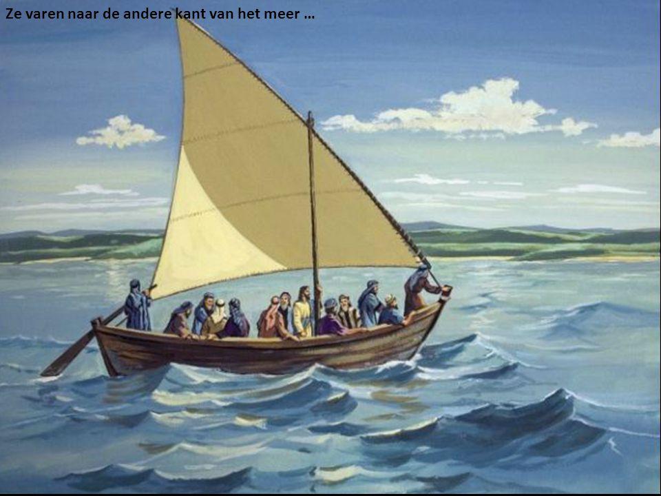 Ze varen naar de andere kant van het meer …