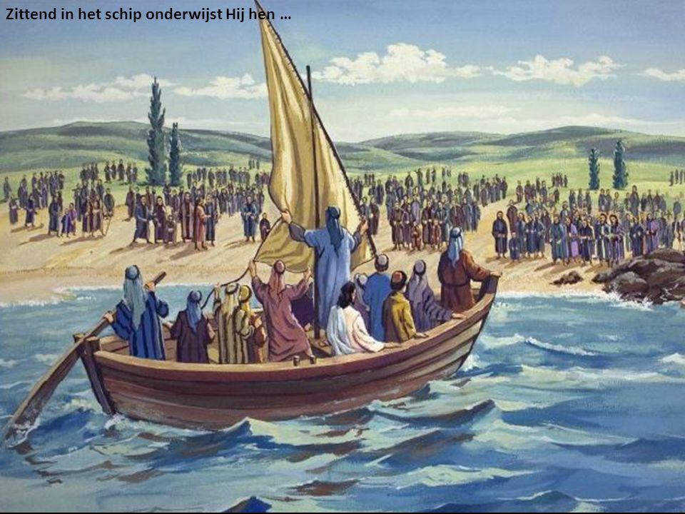 Zittend in het schip onderwijst Hij hen …