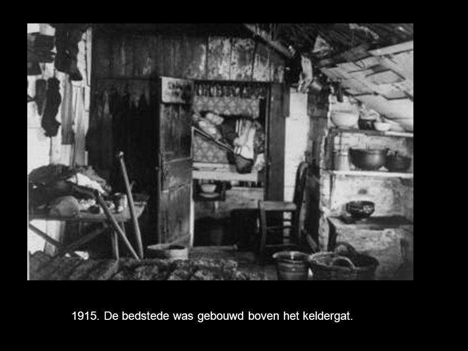 1915. De bedstede was gebouwd boven het keldergat.
