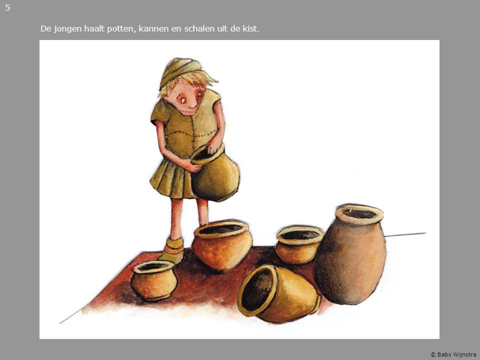De jongen haalt potten, kannen en schalen uit de kist.