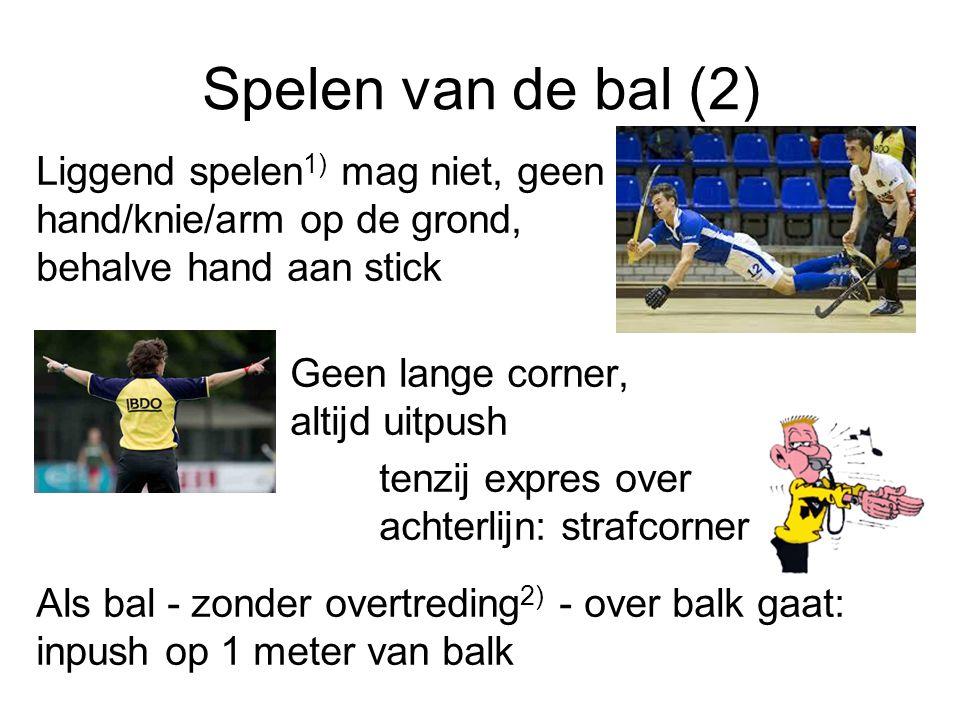 Spelen van de bal (2) Liggend spelen1) mag niet, geen hand/knie/arm op de grond, behalve hand aan stick.