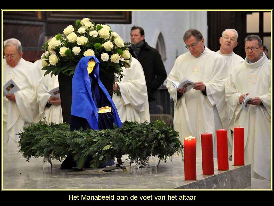 Het Mariabeeld aan de voet van het altaar