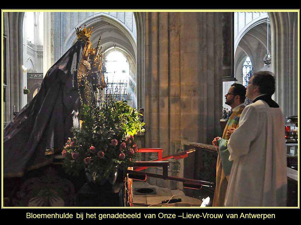 Bloemenhulde bij het genadebeeld van Onze –Lieve-Vrouw van Antwerpen