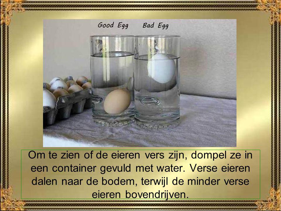 Om te zien of de eieren vers zijn, dompel ze in een container gevuld met water.