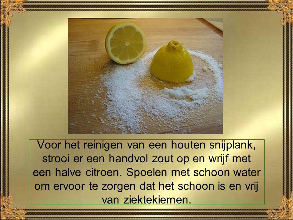 Voor het reinigen van een houten snijplank, strooi er een handvol zout op en wrijf met een halve citroen.