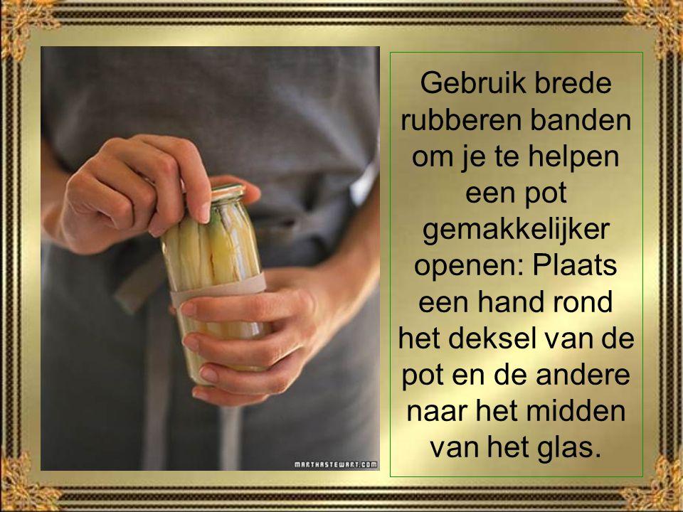Gebruik brede rubberen banden om je te helpen een pot gemakkelijker openen: Plaats een hand rond het deksel van de pot en de andere naar het midden van het glas.