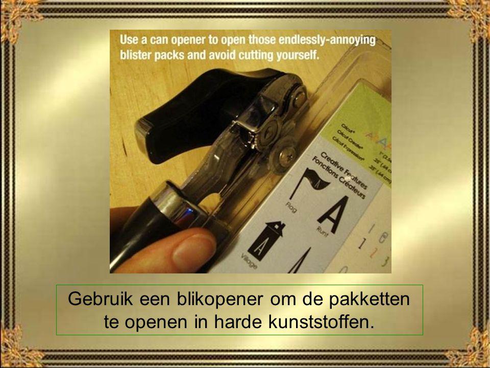 Gebruik een blikopener om de pakketten te openen in harde kunststoffen.