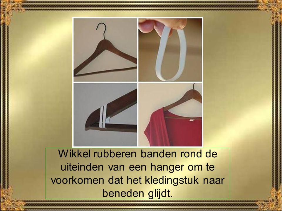 Wikkel rubberen banden rond de uiteinden van een hanger om te voorkomen dat het kledingstuk naar beneden glijdt.