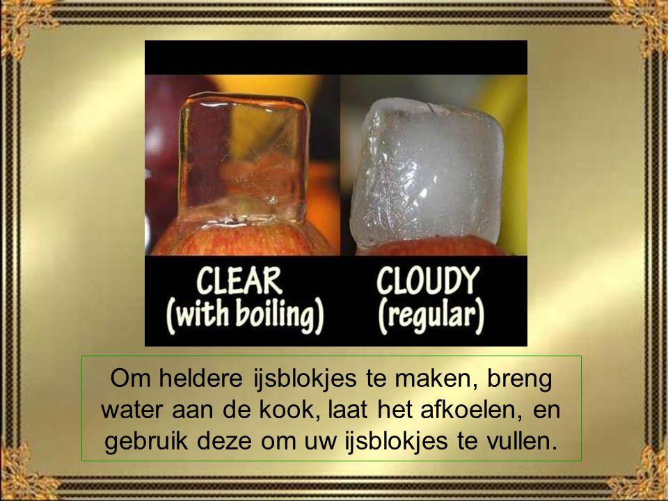 Om heldere ijsblokjes te maken, breng water aan de kook, laat het afkoelen, en gebruik deze om uw ijsblokjes te vullen.