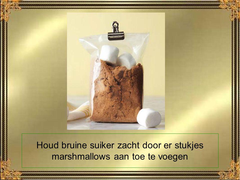 Houd bruine suiker zacht door er stukjes marshmallows aan toe te voegen