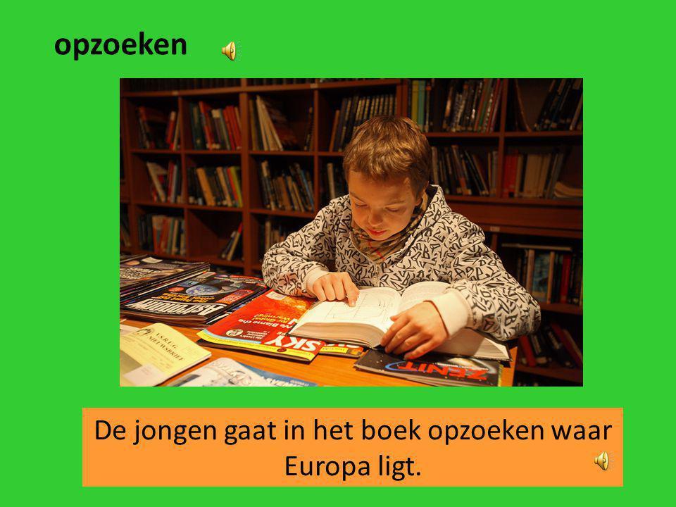 De jongen gaat in het boek opzoeken waar Europa ligt.