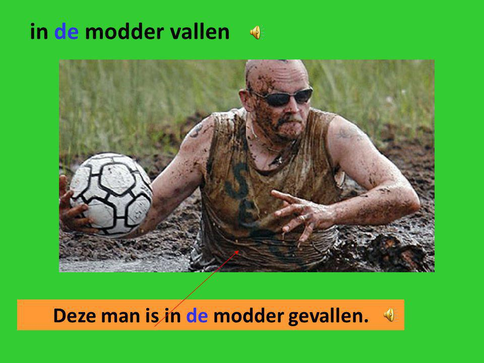 Deze man is in de modder gevallen.