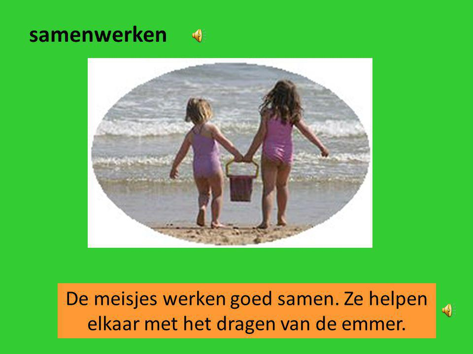 samenwerken De meisjes werken goed samen. Ze helpen elkaar met het dragen van de emmer.