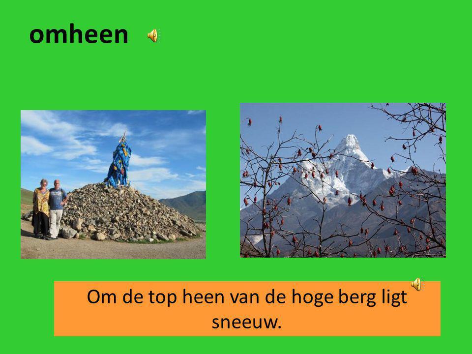Om de top heen van de hoge berg ligt sneeuw.