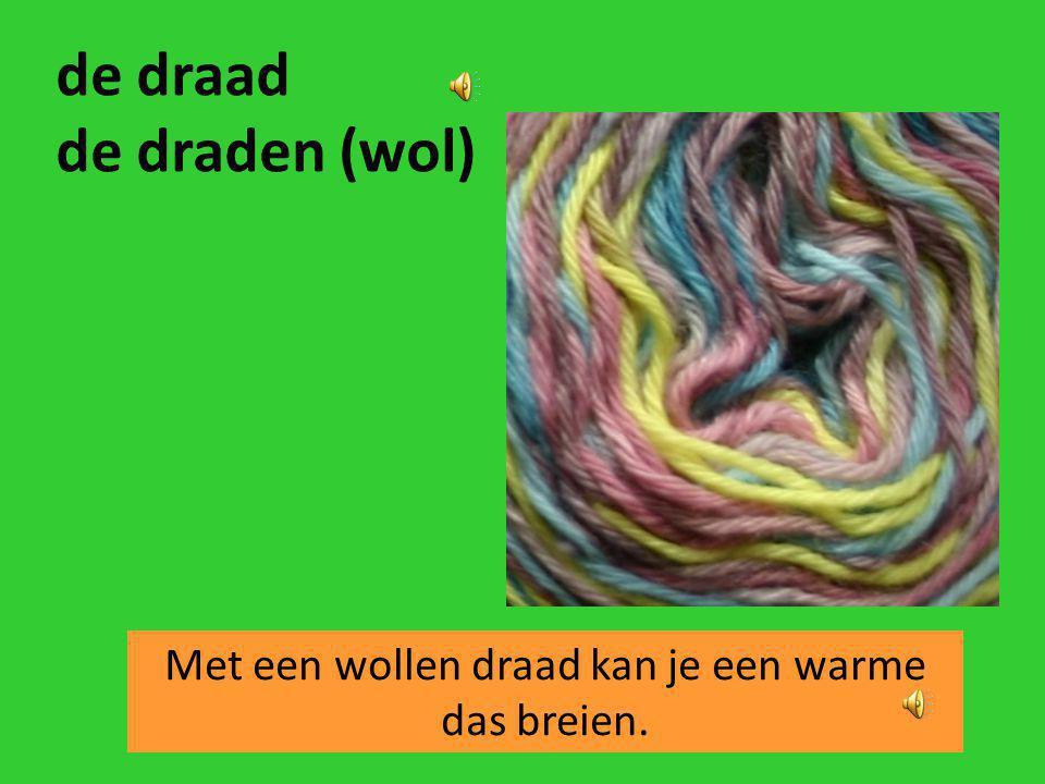 Met een wollen draad kan je een warme das breien.