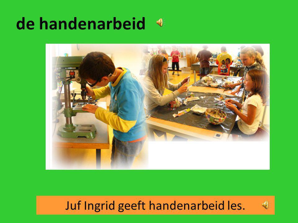 Juf Ingrid geeft handenarbeid les.