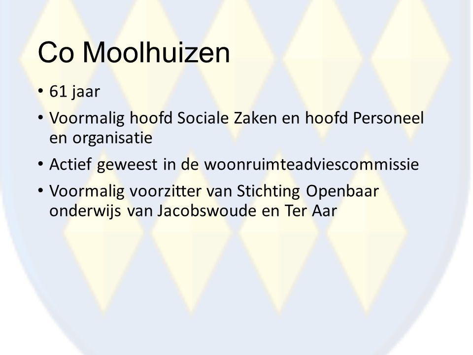 Co Moolhuizen 61 jaar. Voormalig hoofd Sociale Zaken en hoofd Personeel en organisatie. Actief geweest in de woonruimteadviescommissie.