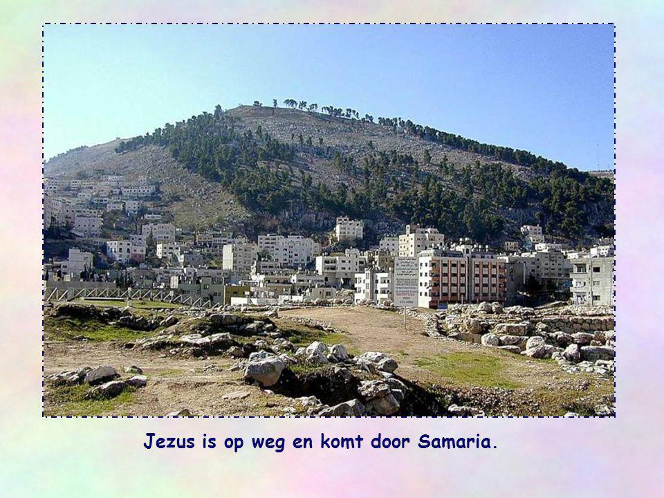 Jezus is op weg en komt door Samaria.