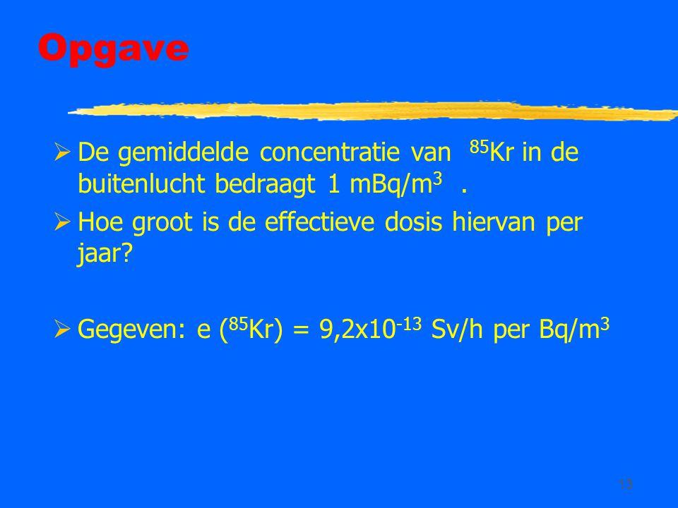 Opgave De gemiddelde concentratie van 85Kr in de buitenlucht bedraagt 1 mBq/m3 . Hoe groot is de effectieve dosis hiervan per jaar