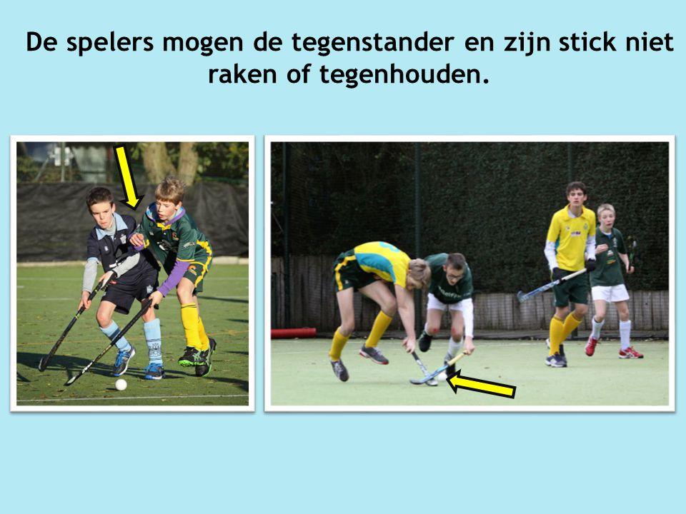 De spelers mogen de tegenstander en zijn stick niet raken of tegenhouden.