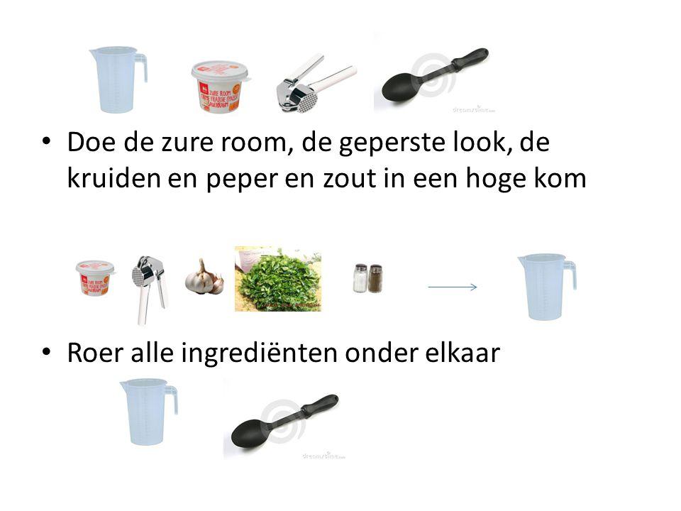 Doe de zure room, de geperste look, de kruiden en peper en zout in een hoge kom