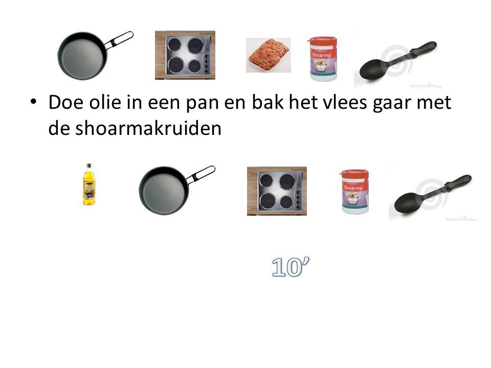 Doe olie in een pan en bak het vlees gaar met de shoarmakruiden