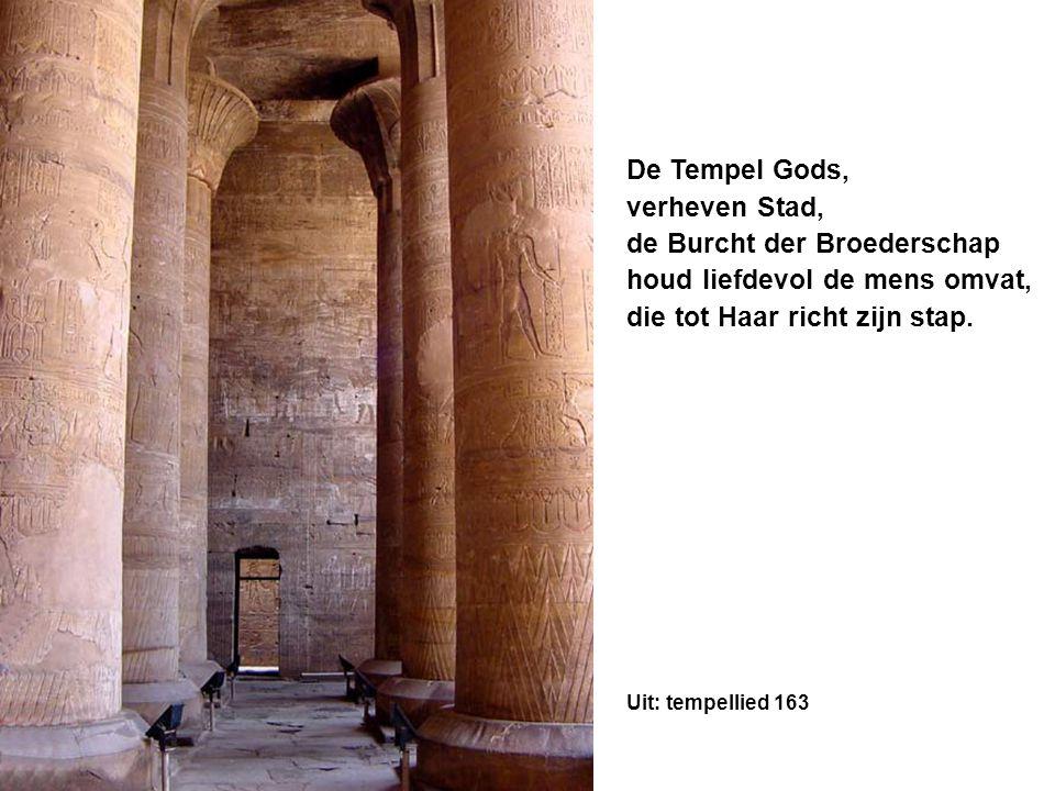 De Tempel Gods, verheven Stad, de Burcht der Broederschap houd liefdevol de mens omvat, die tot Haar richt zijn stap.