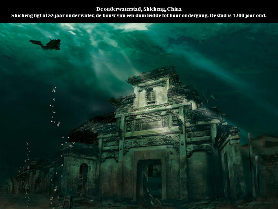 De onderwaterstad, Shicheng, China Shicheng ligt al 53 jaar onder water, de bouw van een dam leidde tot haar ondergang. De stad is 1300 jaar oud.