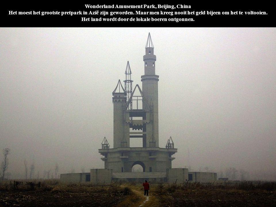 Wonderland Amusement Park, Beijing, China Het moest het grootste pretpark in Azië zijn geworden. Maar men kreeg nooit het geld bijeen om het te voltooien. Het land wordt door de lokale boeren ontgonnen.
