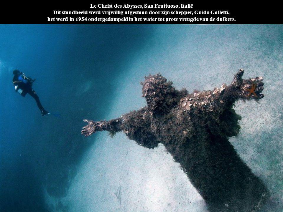 Le Christ des Abysses, San Fruttuoso, Italië Dit standbeeld werd vrijwillig afgestaan door zijn schepper, Guido Galletti, het werd in 1954 ondergedompeld in het water tot grote vreugde van de duikers.