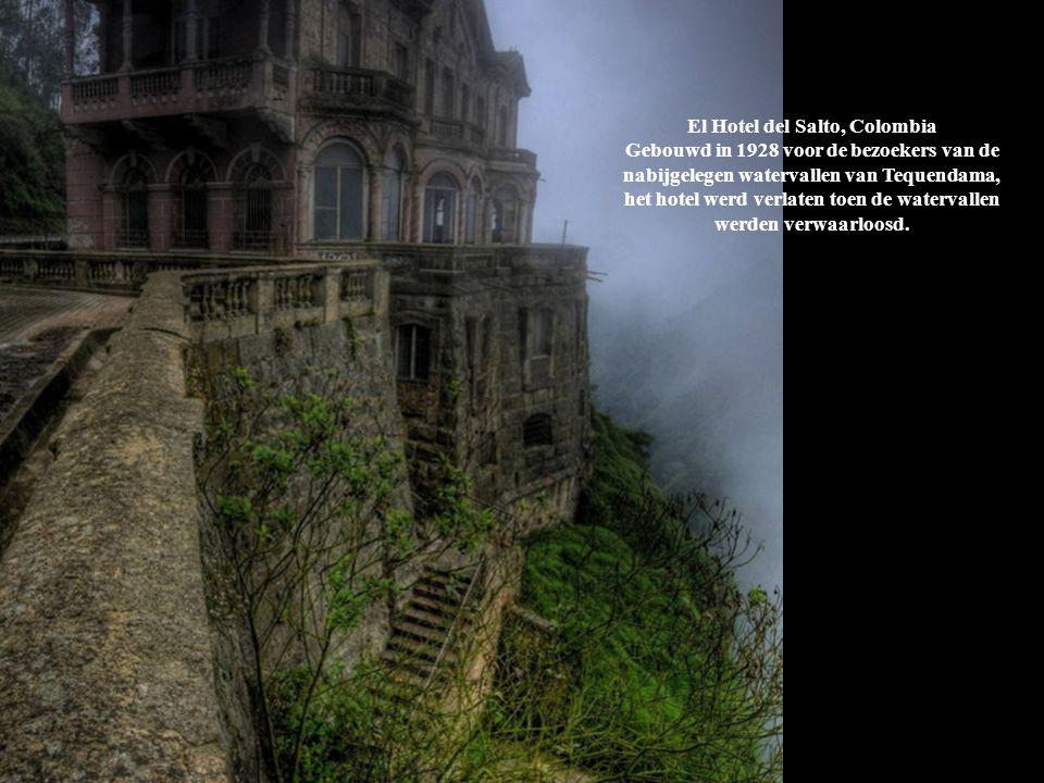 El Hotel del Salto, Colombia Gebouwd in 1928 voor de bezoekers van de nabijgelegen watervallen van Tequendama, het hotel werd verlaten toen de watervallen werden verwaarloosd.
