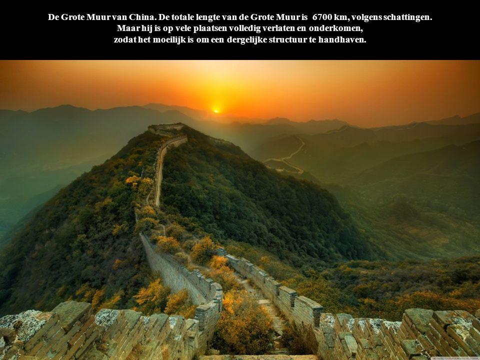 De Grote Muur van China. De totale lengte van de Grote Muur is 6700 km, volgens schattingen. Maar hij is op vele plaatsen volledig verlaten en onderkomen, zodat het moeilijk is om een dergelijke structuur te handhaven.