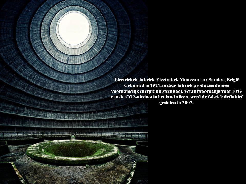 Electriciteitsfabriek Electrabel, Monceau-sur-Sambre, België Gebouwd in 1921, in deze fabriek produceerde men voornamelijk energie uit steenkool. Verantwoordelijk voor 10% van de CO2-uitstoot in het land alleen, werd de fabriek definitief gesloten in 2007.