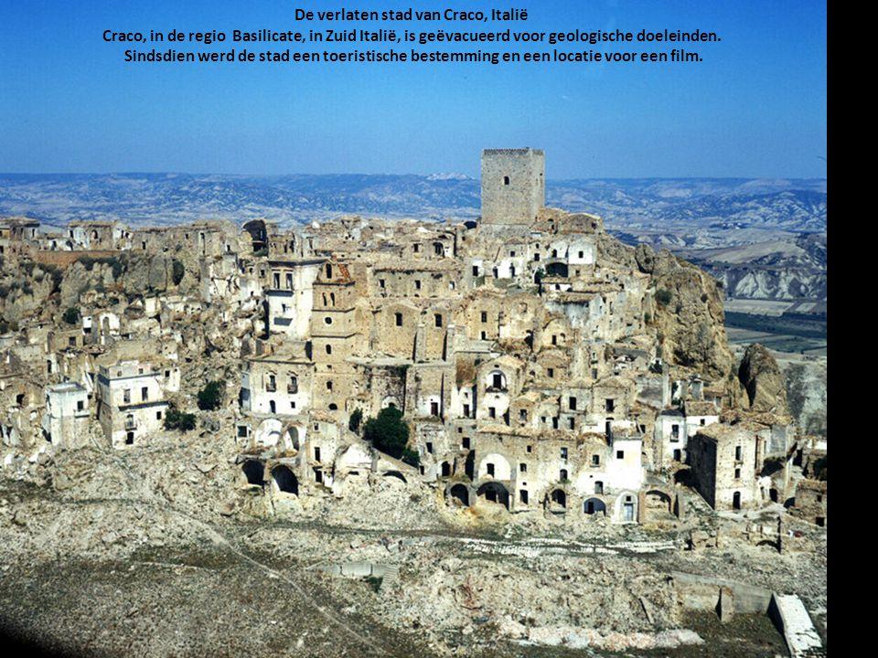 De verlaten stad van Craco, Italië Craco, in de regio Basilicate, in Zuid Italië, is geëvacueerd voor geologische doeleinden.
