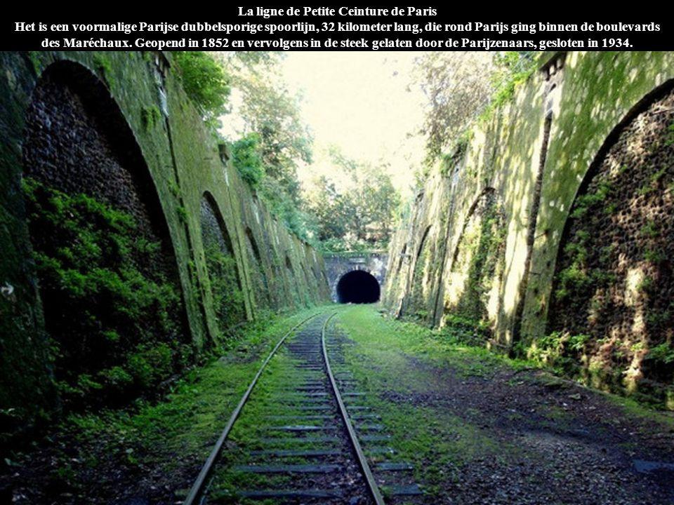La ligne de Petite Ceinture de Paris Het is een voormalige Parijse dubbelsporige spoorlijn, 32 kilometer lang, die rond Parijs ging binnen de boulevards des Maréchaux. Geopend in 1852 en vervolgens in de steek gelaten door de Parijzenaars, gesloten in 1934.