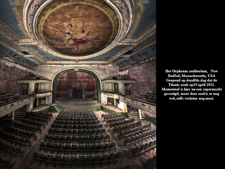 Het Orpheum auditorium, New Bedfod, Massachussetts, USA Geopend op dezelfde dag dat de Titanic zonk op15 april 1912. Momenteel is hier nu een supermarkt gevestigd, maar deze zaal is er nog wel, zelfs verlaten nog mooi.