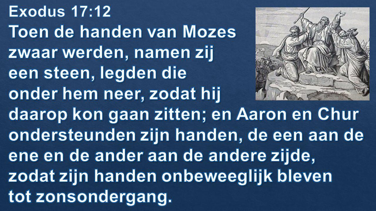 Toen de handen van Mozes zwaar werden, namen zij een steen, legden die