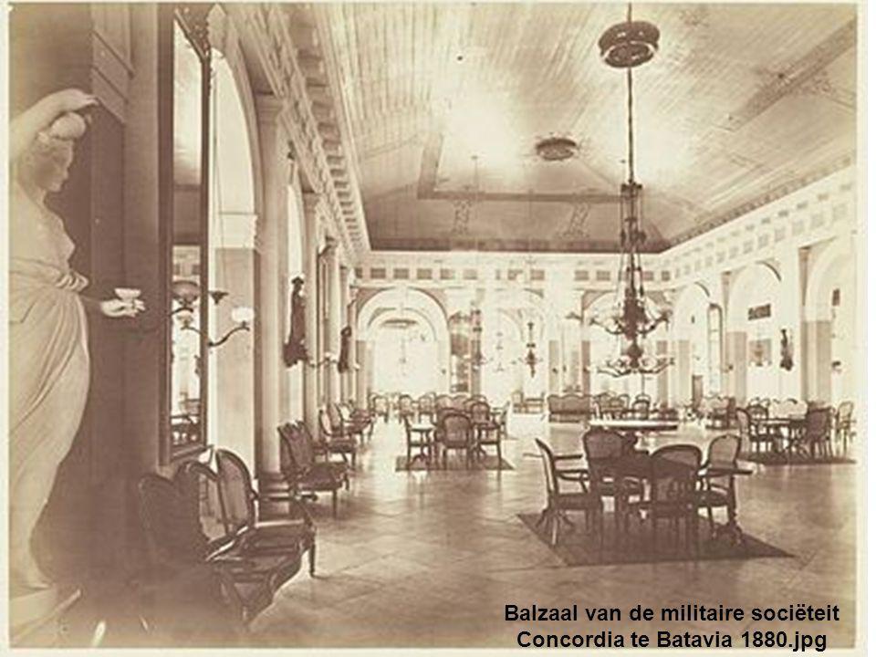 Balzaal van de militaire sociëteit Concordia te Batavia 1880.jpg