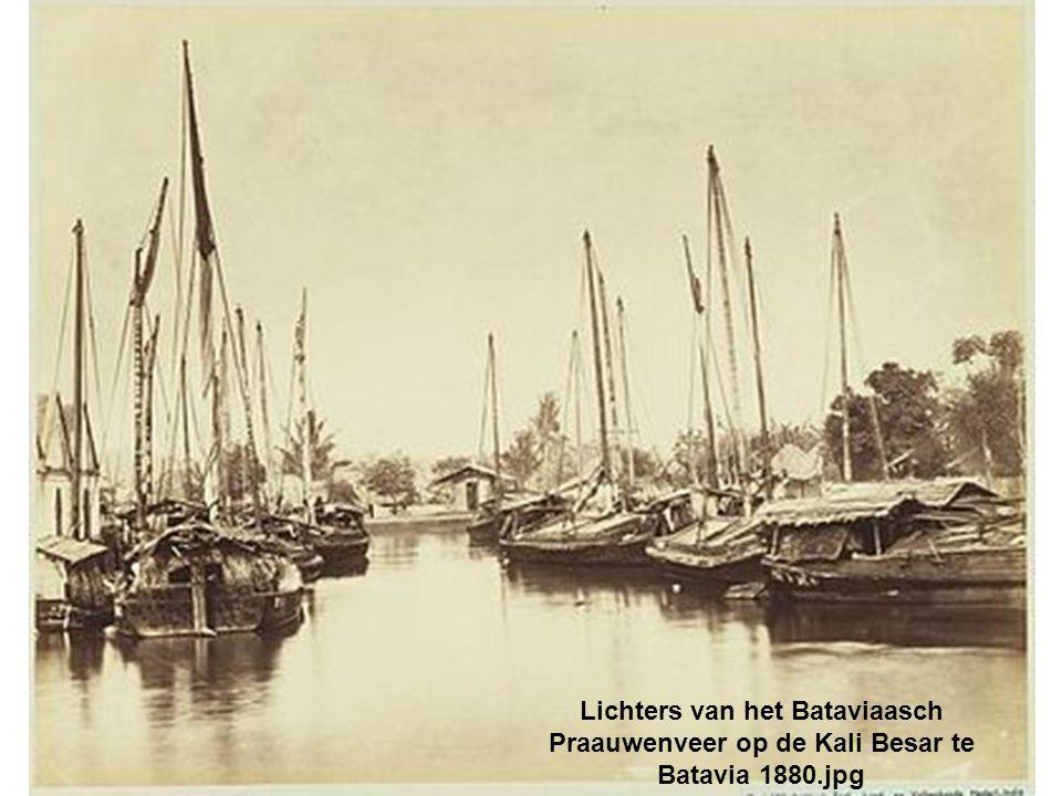 Lichters van het Bataviaasch Praauwenveer op de Kali Besar te Batavia 1880.jpg
